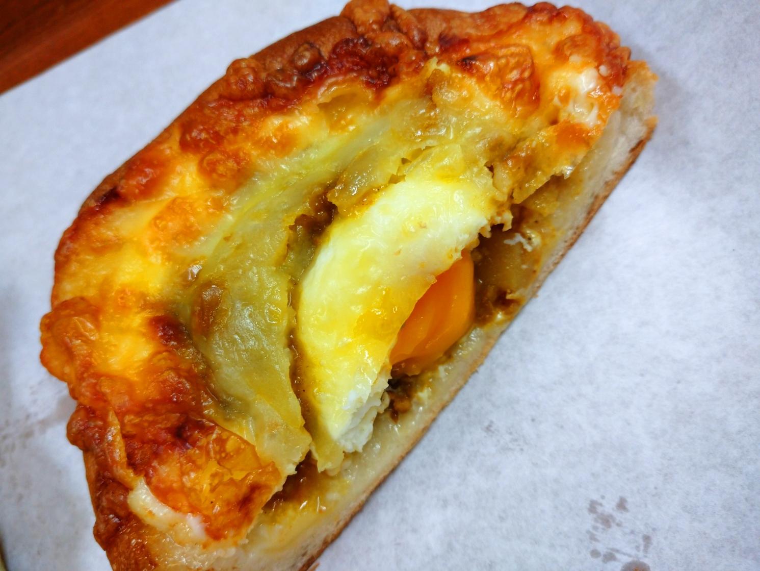 38.藤の木_半熟玉子がのった焼きチーズカレーパン