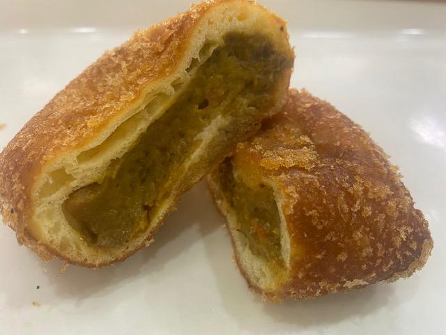 60.手作りぱんとケーキの店パリジェンヌ_2種の味入りカレーパン